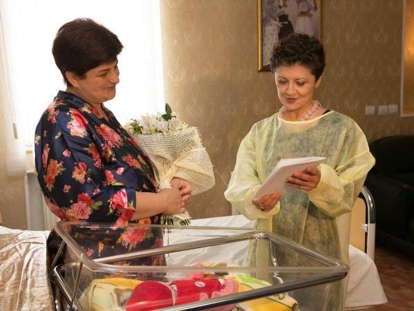 იუსტიციის მინისტრმა 26 მაისს დაბადებულ ახალშობილის მშობლებს დაბადების მოწმობა გადასცა